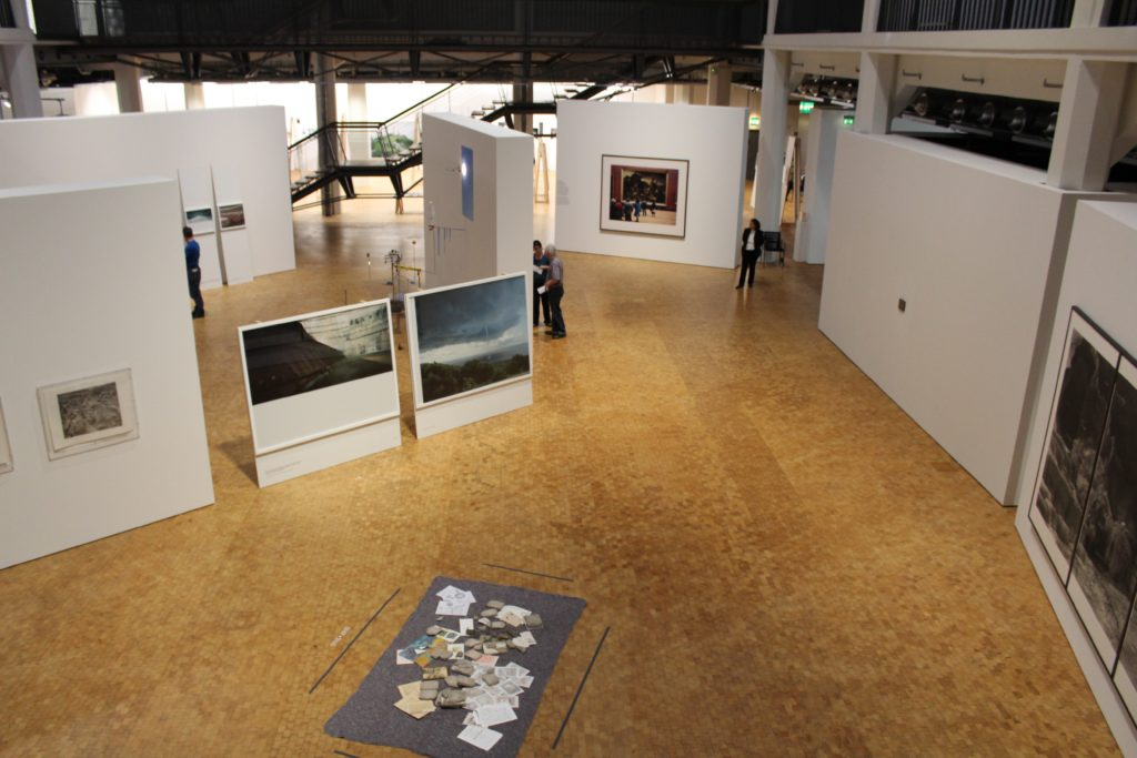 Elevated view of the exhibition layout, with Milon and Zalasiewicz' The Mystery of Brunaspis enigmatica on the floor, photograph by author