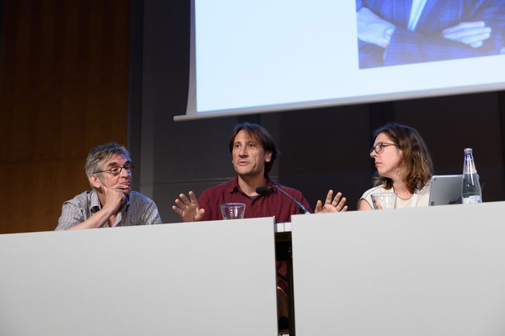Paul Wouters, Ismael Rafols & Sarah de Rijcke explaining their approach to Arie Rip (winner of the 4S Mentoring award) Photograph by Govert Valkenburg